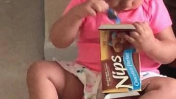 Criança Tentando Guardar Suas Balas Na Caixa Sem Fundo, Que Fofura!