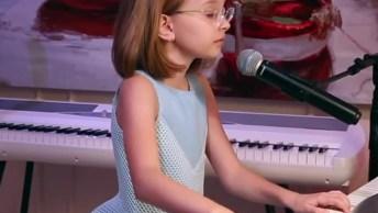 Criança Tocando Piano E Cantando, Ela É Uma Artista Mirim!