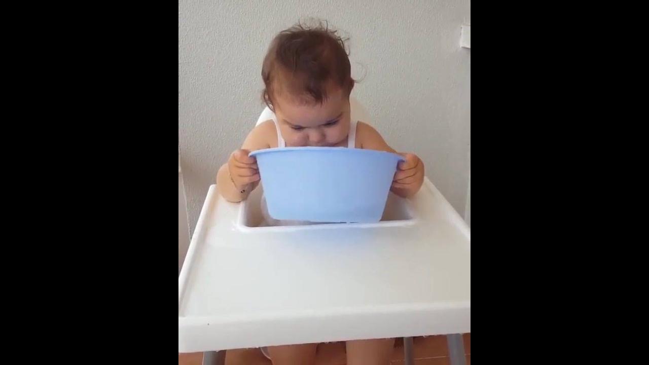 Criança tomando um banho na cadeira