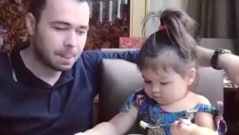 Criança Tratando Do Papai, Ah Que Fofura, É Muito Linda Essa Menina!