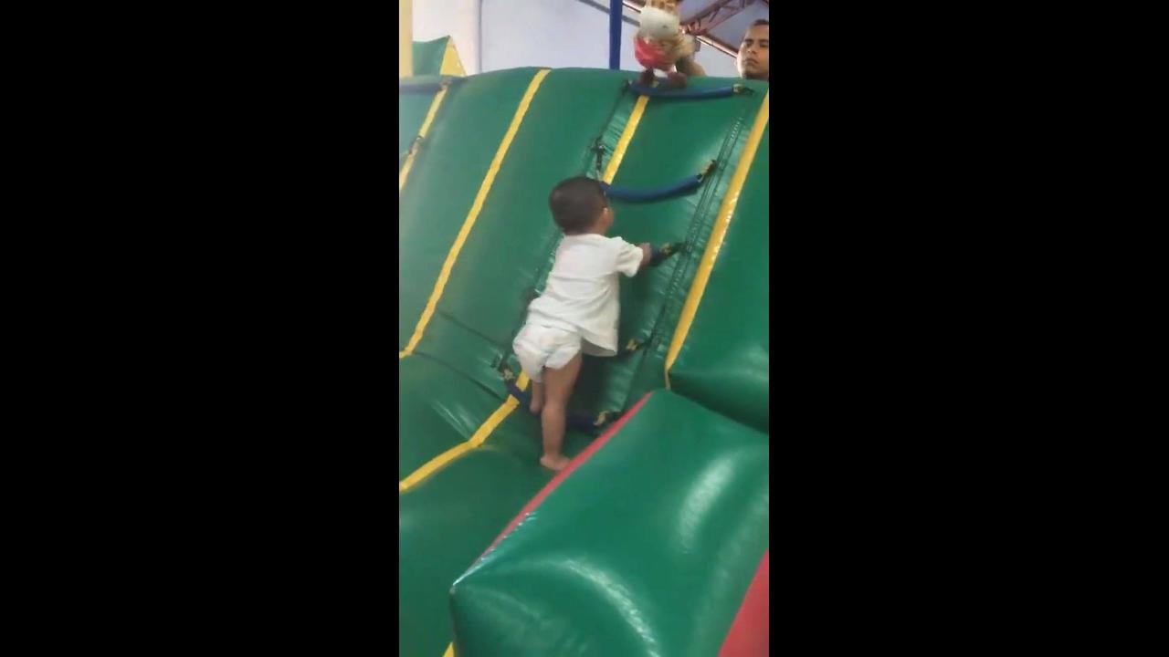 Criança ultrapassando todos os obstáculos para alcançar seu objetivo