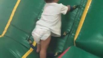 Criança Ultrapassando Todos Os Obstáculos Para Alcançar Seu Objetivo!