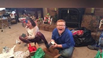 Crianças Abrindo Os Presentes Na Manhã De Natal, Olha Só As Reações!