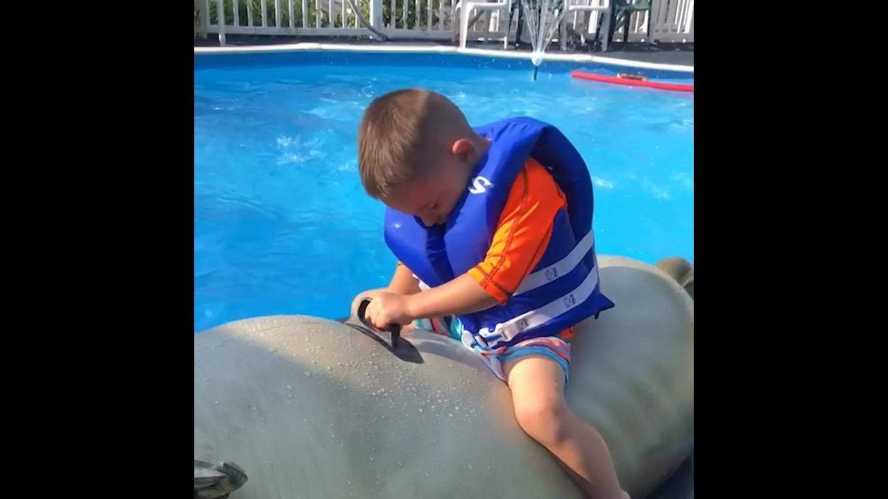 Crianças brincando na água e fazendo coisas engraçadas hahaha