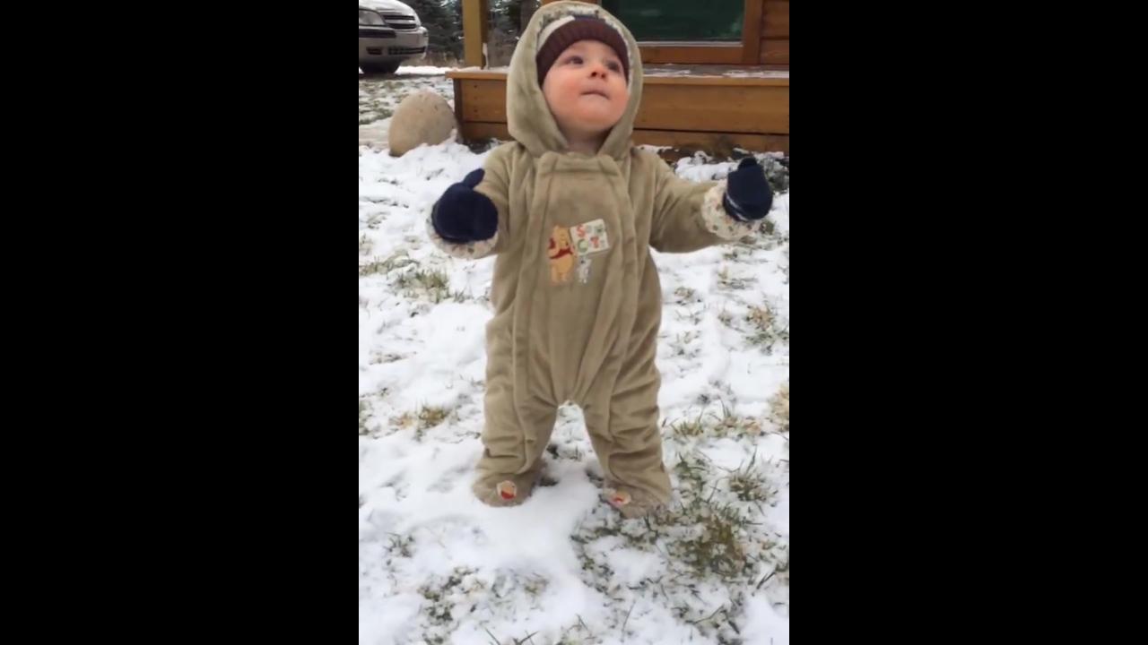 Crianças brincando na neve, as reações são hilárias