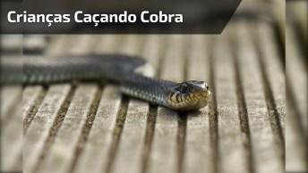 Crianças Caçando Cobra No Rio, Veja A Coragem Desses 4 Garotos!