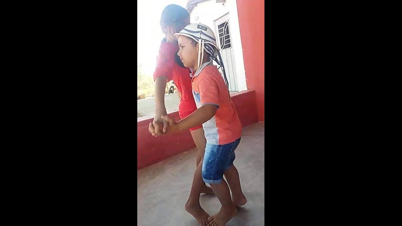 Crianças dançando, eles mostram que já sabem o que fazem