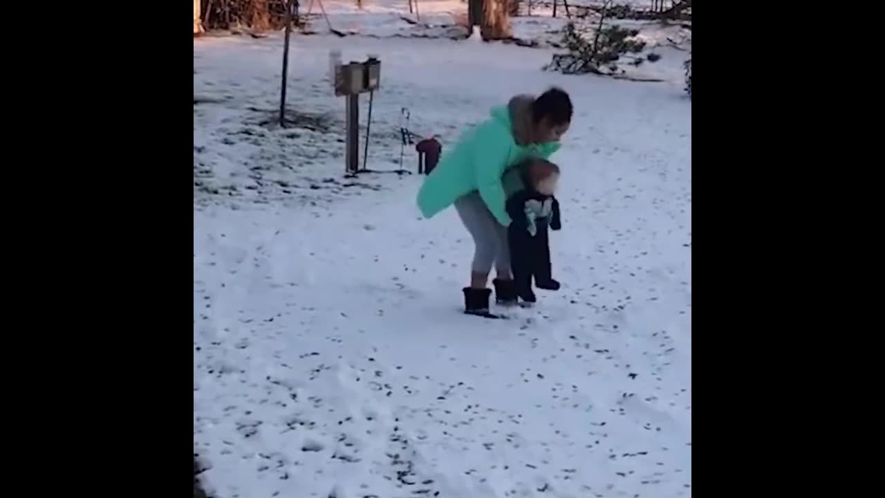 Crianças e a neve, uma combinação divertida de se ver