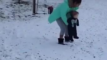 Crianças E A Neve, Uma Combinação Divertida De Se Ver!