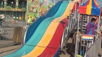 Crianças E Adultos Se Divertindo Na Água E Em Parques De Diversão!