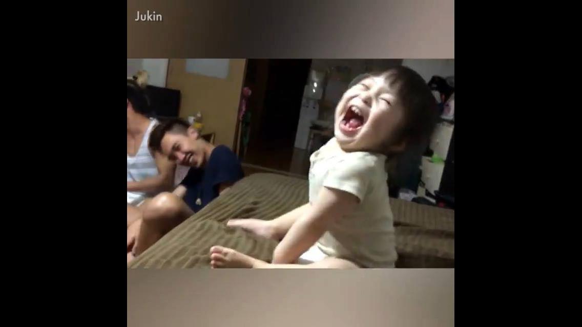 Crianças e bebês tendo as reações mais engraçadas, um video muito engraçado!