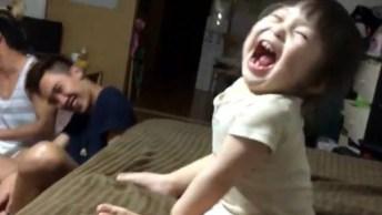 Crianças E Bebês Tendo As Reações Mais Engraçadas, Um Vídeo Muito Engraçado!