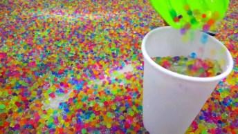 Crianças Esperam A Mãe Sair E Fazem Arte Com Bolinhas De Gel Que Crescem Na Água