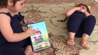 Crianças Fazendo Birra Por Conta De Uma Capinha De Dvd, Tinha Que Ter Dois Igual