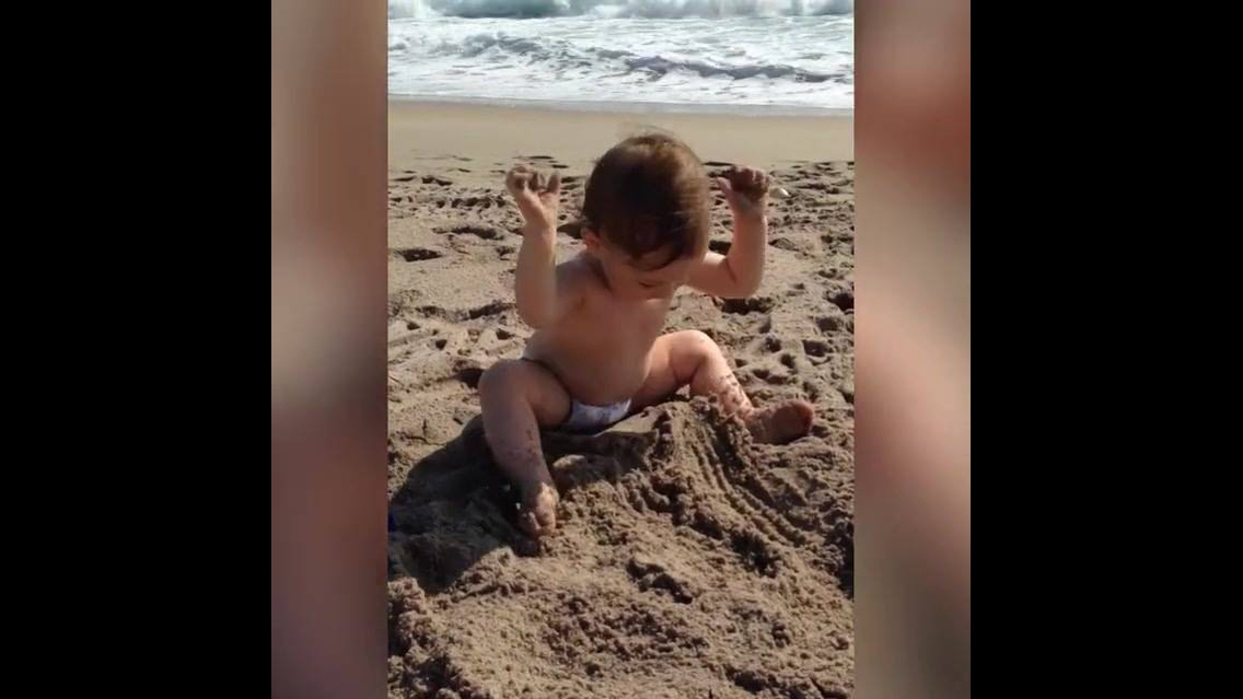 Crianças fazendo coisas engraçadas na praia, quanta fofura!