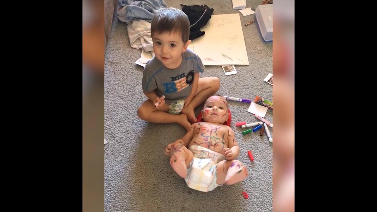 Crianças mostrando a importância de terem irmãos hahaha
