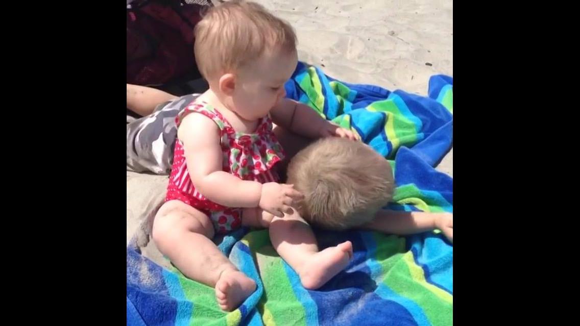 Crianças na Praia - Eles se divertem e alegram a gente