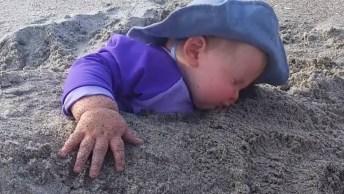 Crianças Na Praia, Olha Só Como Esta Galerinha Se Diverte!