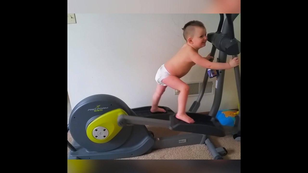 Crianças se assustando com a balança e sendo Fitness