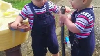 Crianças Se Divertindo Com Mangueira De Água, Um Vídeo Com Muitas Risadas!