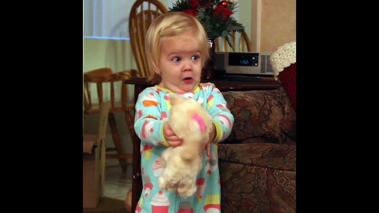 Crianças sendo surpreendidas com brinquedos eletrônicos