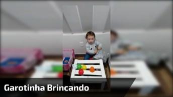Garotinha Brincando De Lojinha Com Papai, Olha Só Que Coisinha Mais Fofa!