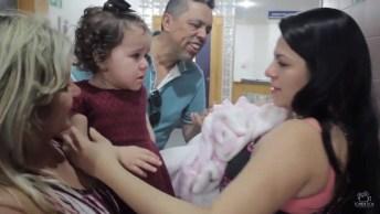 Garotinha Tem Reação Surpreendente Ao Ver Sua Irmã Que Acabou De Nascer!