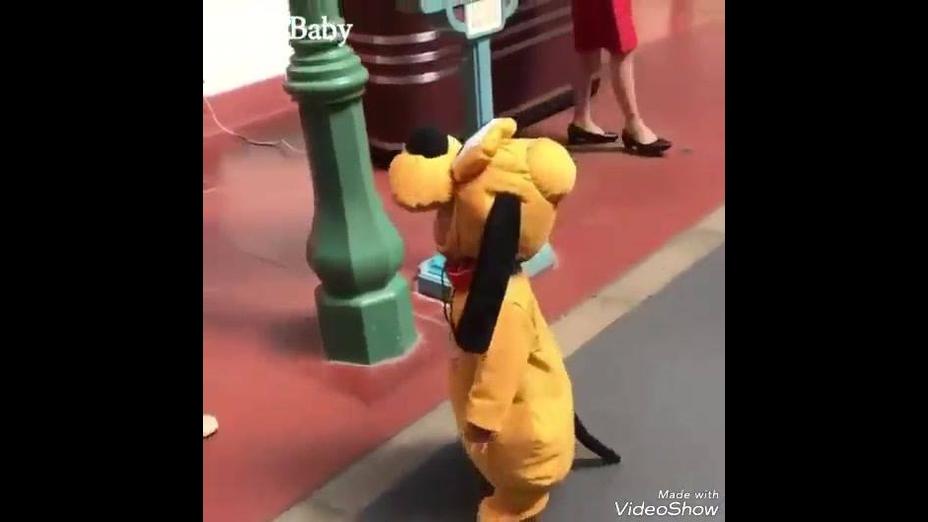 Garotinho fantasiado de cachorro de desenho animado