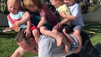 Homem Brincando De Cavalinho Com 5 Crianças, Que Divertido!