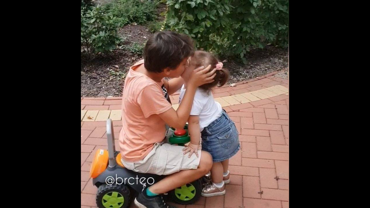 Irmão e irmã brincando no jardim