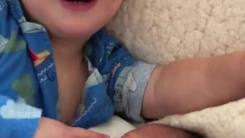 Irmão Mais Velho Se Divertindo Com O Bebê Recém Chegado, Que Lindo!