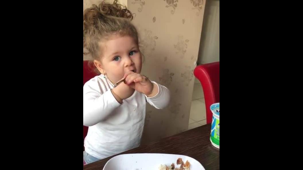Linda criança na hora do almoço, ela já sabe se alimentar sozinha!