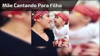 Mãe Cantando Para Sua Filha, Que Cena Mais Linda E Diferente!