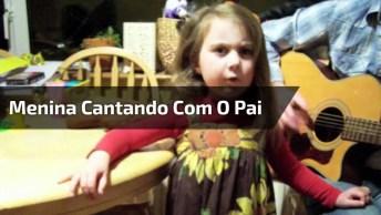 Menina Cantando Com O Pai Tocando Violão, Veja Que Fofa Que Ela É!
