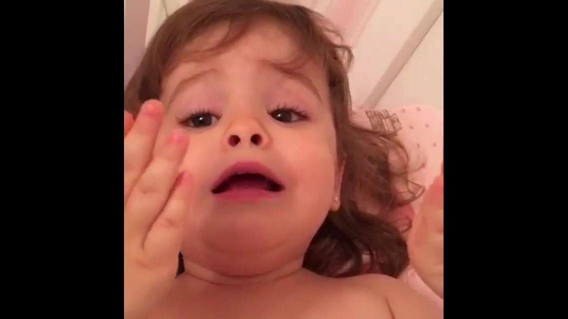 Menina cantando música da cantora Marília Mendonça