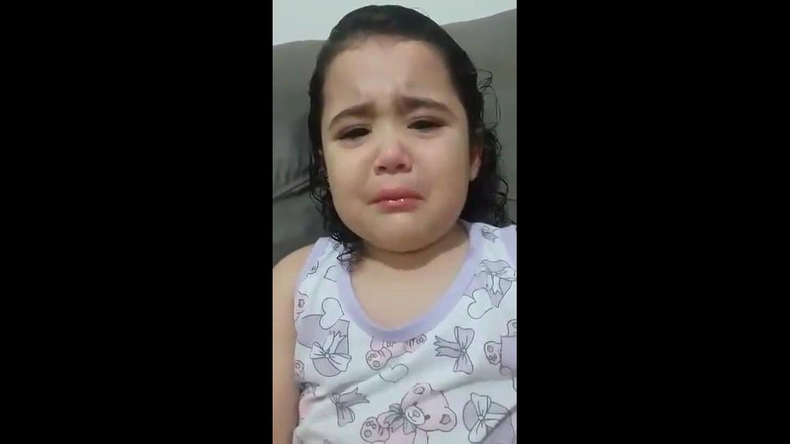 Menina chorando por que ela quer um marido