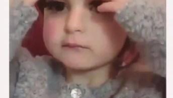 Menina Com Cílios Postiço, Pensa Em Uma Criança Que Esta Se Sentindo!