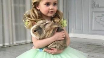 Menina Com Coelho Na Mão E Vestida Como Uma Princesa, Muito Linda!