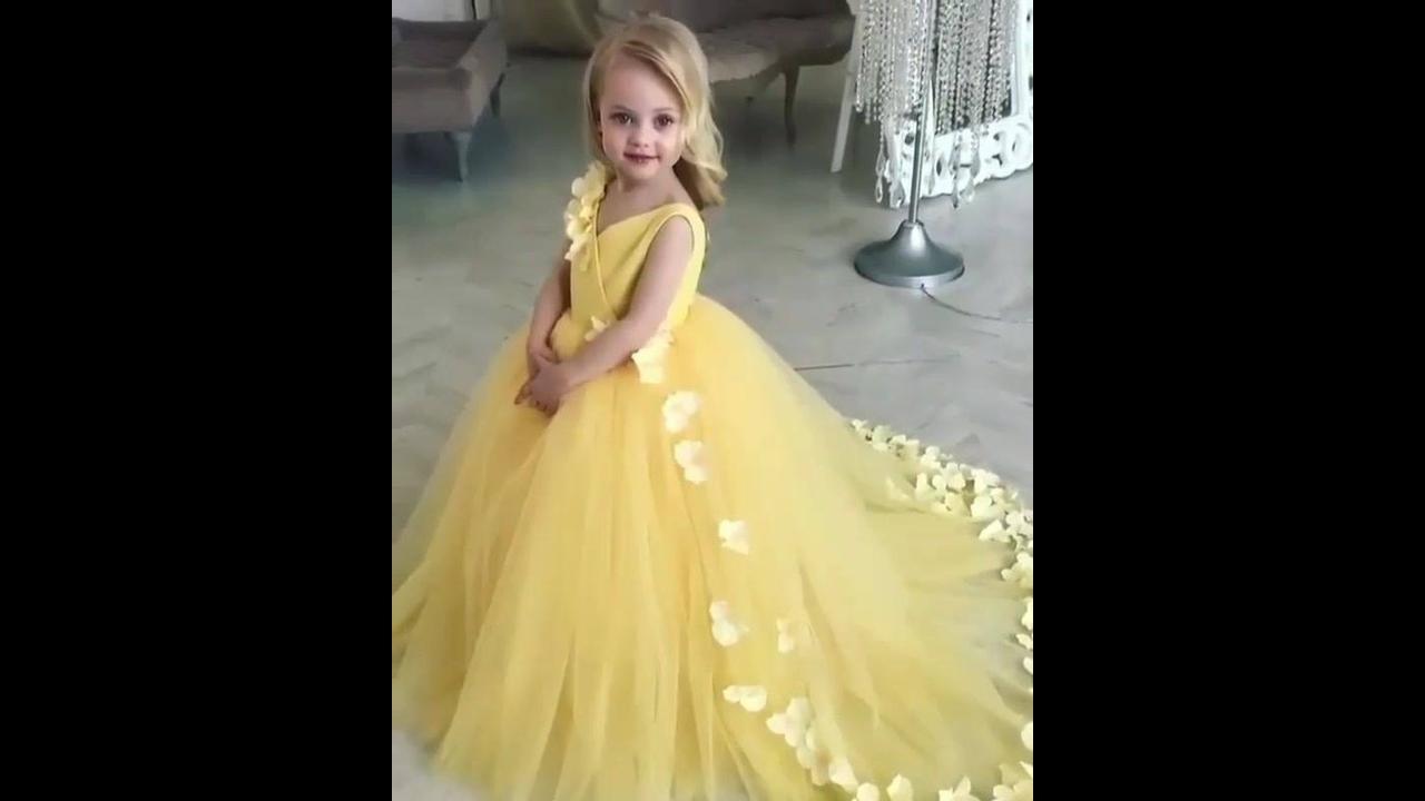 Menina com lindo vestido amarelo