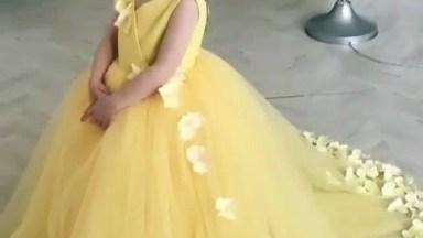 Menina Com Lindo Vestido Amarelo, Que Coisa Mais Maravilhosa!