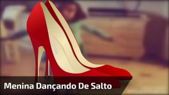 Menina Dançando Uma Música Como Se Estivesse Em Uma Balada, Repare Nos Sapatos!