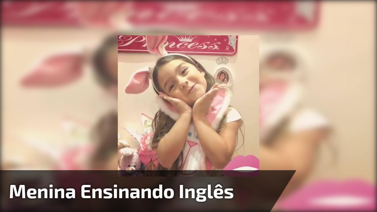 Menina ensinando inglês