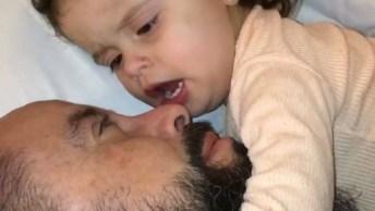 Menina Fofa Protegendo O Papai - '. . . A Mamãe Brigou Contigo?'!