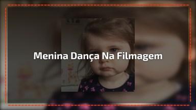 Menina Linda Que Dança Quando Percebe Que Esta Sendo Filmada!