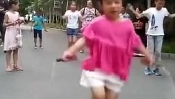 Menina Pulando Corda De Forma Sensacional, Ela É Muito Habilidosa!