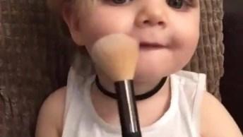 Menina Se Maquiando, Mulheres Já Gostam De Maquiagem Desde Pequenas!