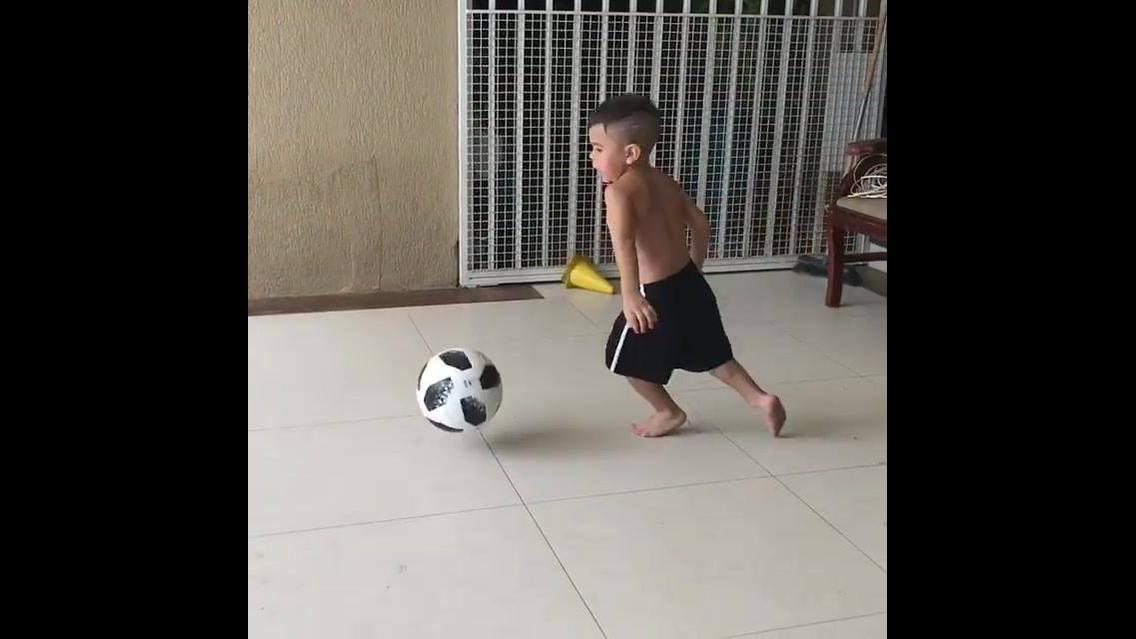 Menino bom de bola, veja o video e descubra o que ele sabe fazer