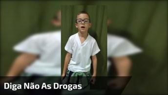Menino Dá Show Com 'Diga Não Ás Drogas E Sim A Um Cheiro No Cangote'!