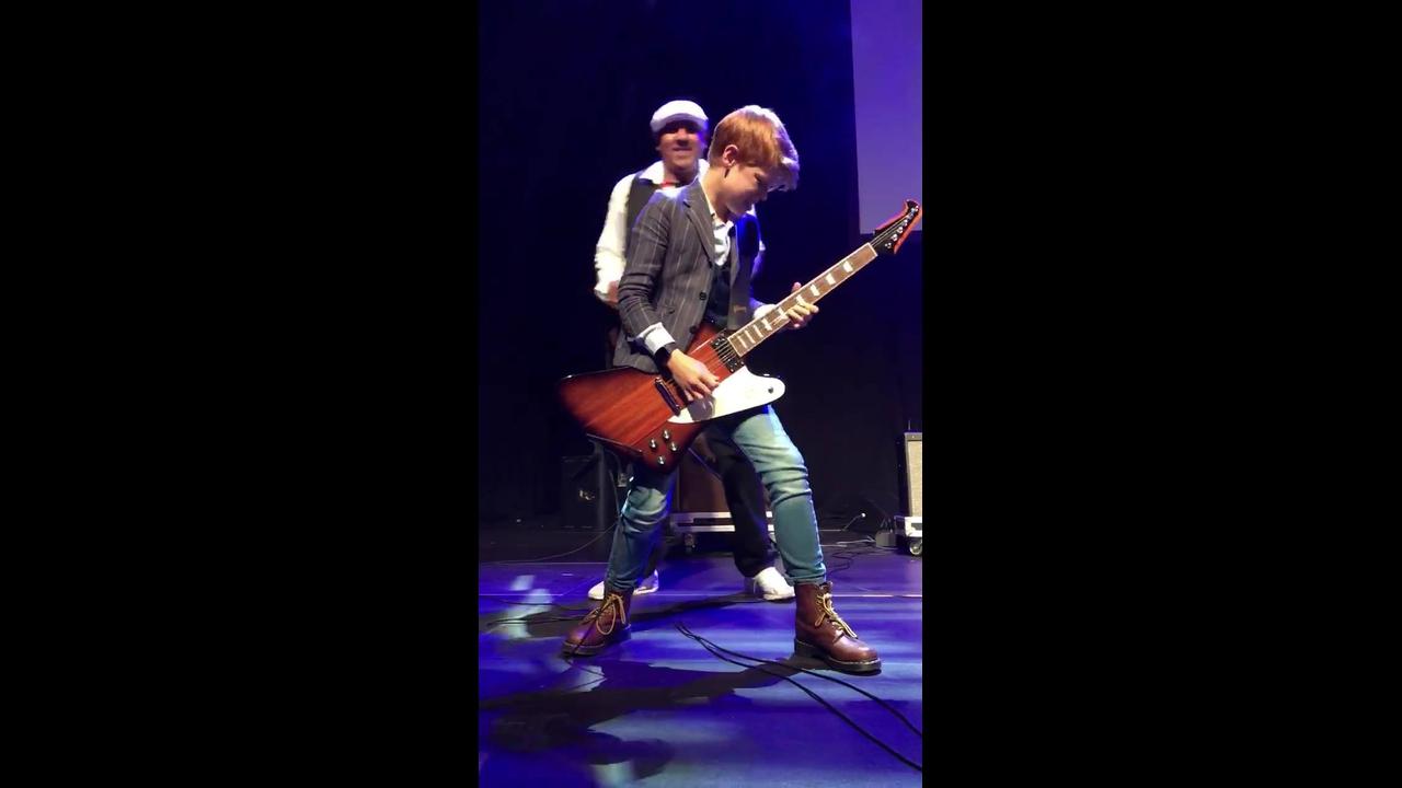 Menino tocando guitarra, que talento ele tem