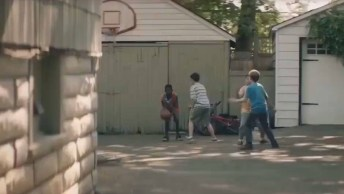 Meninos Improvisam Cadeiras De Rodas Para Brincar Com Menino Cadeirante!